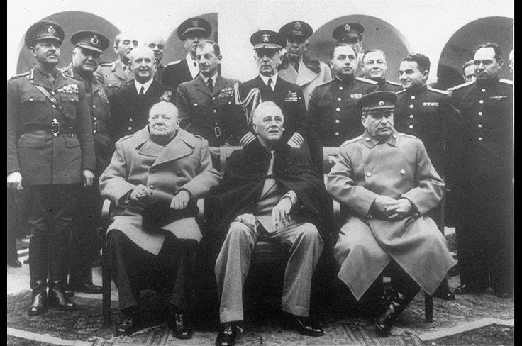 あまりにも有名すぎるこのショットは、ヤルタ会談に集まった3人の首脳。左から、チャーチル、フランクリン・ルーズベルト、スターリン。この首脳会談が戦後の国際秩序と冷戦を生むことになる。1945年2月12日撮影、歴史に残る1枚だ。