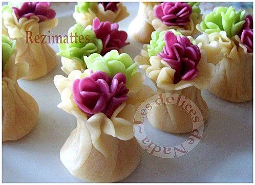 Gateau algerois en forme de bourse rempli d'une farce d'amandes et décoré