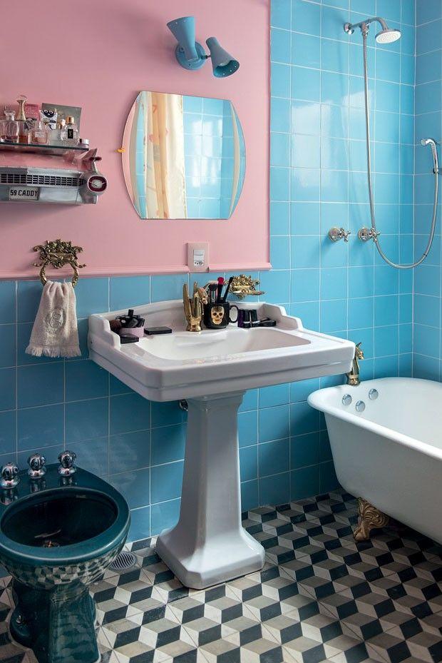 Banheiro vintage rosa e azul com piso de ladrilho hidráulico P&B