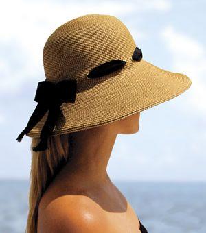 Lindo sombrero color arena, con un toque de glamour: un listón y moño negro. Nice