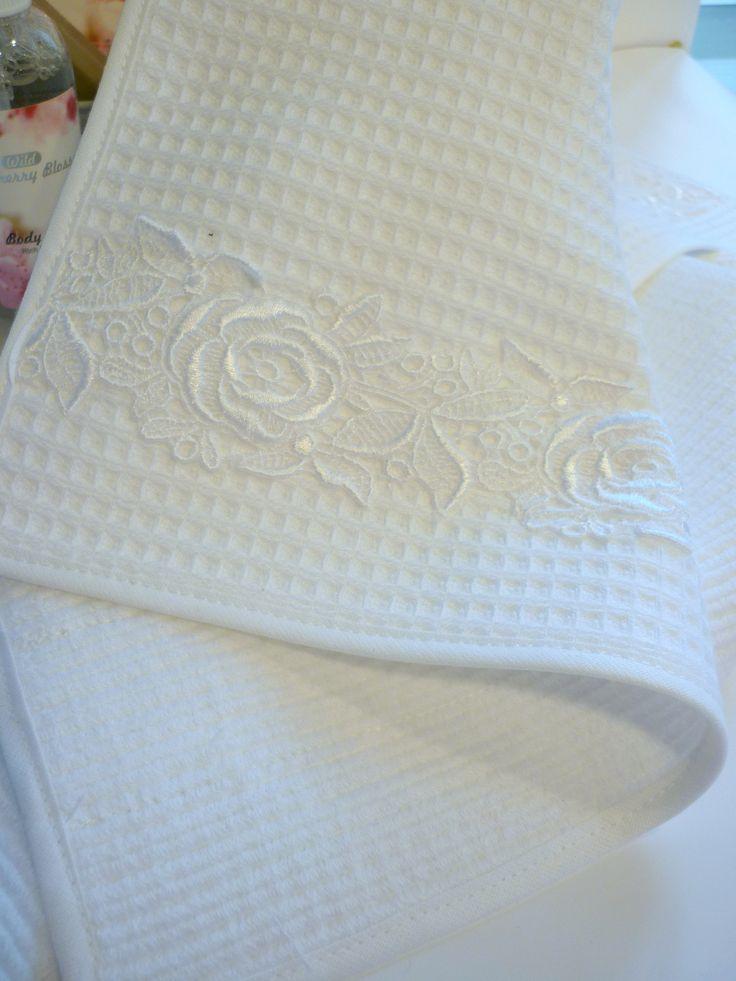 darčekový uterák s bielou čipkou, predáva sa v páre. Čipka je zo 100% bavlny, rovnako ako uteráčik. Rozmer 50x30