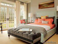 Интересное дизайнерское решение для спальни в американском стиле: яркое покрывало и цветные подушки создают правильный контраст