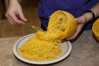 Courge spaghetti : récupération de la chair après cuisson