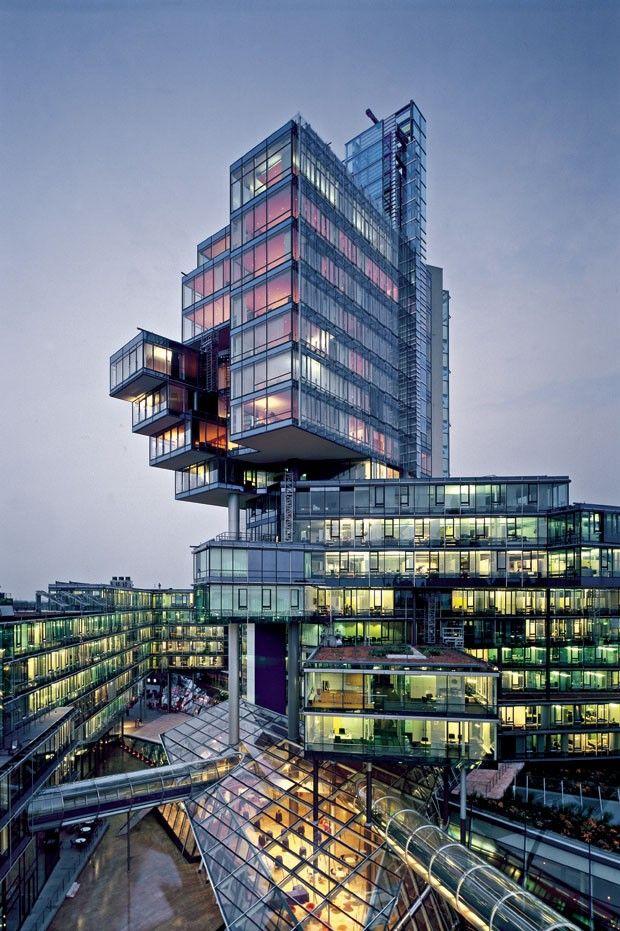 NORD/LB – Hannover, Alemanha  Capital da Baixa Saxônia, conhecida por suas feiras e polos científicos, Hannover tem, na nova sede do banco NORD/LB, um marco arquitetônico e um motivo de orgulho. Erguido junto à prefeitura, o edifício foi desenhado pelo escritório Behnisch & Partner, de Sttutgart. Sua missão era abrigar 1.500 funcionários. Para tanto, construiu-se uma torre envidraçada de 70 m de altura e 71,60 mil m².