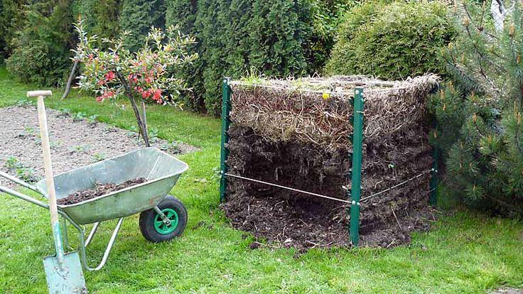 Kompost stworzony z resztek trawy, gałązek, fusów od kawy, resztek po jedzeniu i innych odpadów, które mają w nadmiarze wszyscy ogrodnicy. Zamiast wyrzucać do pojemnika na śmieci, zrób kompost!
