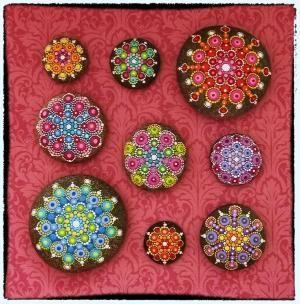 ~ <3 ~ * ... Elspeth McLean mandala kövek #elspethmclean #mandala #stone #decoratedrocks #rockart #rainbow Leigh