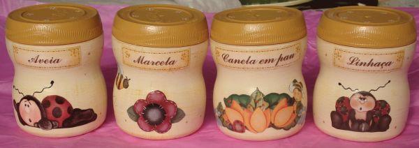 Estes artesanatos com potes de fermento em pó diversificam a sua decoração (Foto: decorehouse.blogspot.com.br)