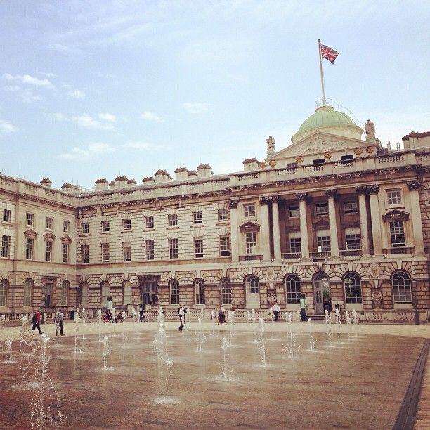 Warto sprawdzać program, dużo ciekawych wystaw, często bardzo obleganych, i lodowisko zimą! Tutaj odbywa się też większość pokazów londyńskiego Fashion Weeka.