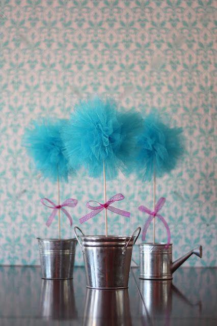 Topiarios con pompones de tul como centros de mesa. #DecoracionFiestas