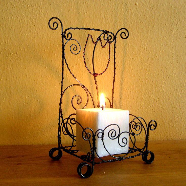 Teplo domova Posezení při svíčce a vzpomínka na krásné společné chvíle, na blízkého člověka, může být i pro vás příjemným každodenním prožitkem. Drátěný svícen jsem umotala z černého drátu a ozdobila kouskem červeného drátku. Svíčka je z obchůdku od modřinky. Svícen je vhodný do interiéru(na vlhku může získat patinu), je ošetřen bezbarvým lakem. ...