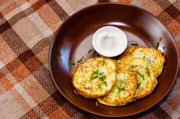 Рецептов приготовления оладий из кабачков существует множество. Чаще всего овощ для них трут на терке, но можно измельчить кабачок и в блендере — оладьи получатся... - Леди Mail.Ru