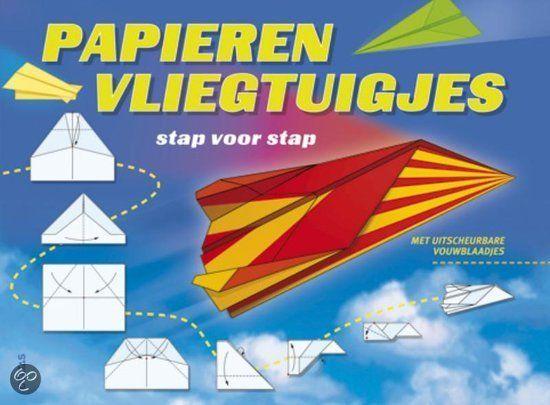 Uitnodiging voor de communie één keer laten schrijven door onze sloeber en dan gekopieerd op dit papier en een vliegtuigje van gemaakt natuurlijk! Papieren vliegtuigjes vouwen