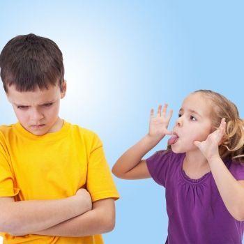 Nuestros hijos han de enfrentarse a los insultos o críticas de otros niños, hacerlo sin agresividad, sin violencia y dejando al que insulta en evidencia es posible. Te contamos 5 técnicas para enseñar al niño a enfrentarse a las palabras ofensivas sin violencia.