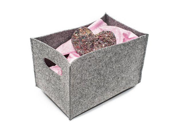 Handgefertigte Aufbewahrungsbox Abmessung: 30cm x 20cm x 20cm (Höhe) Ich bitte um den Bescheid, in welcher Farbe vom Filz die Schachtel gemacht werden soll. Farbenproben sind auf dem letzten...