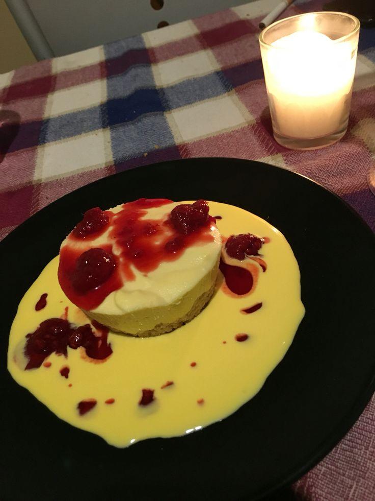Cheesecake  con crema inglese e frutti di bosco