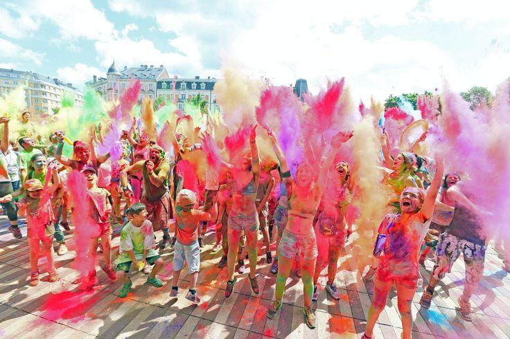 Pour la 2e édition de la course colorée, 980 participants ont couru au centre-ville de Belfort, en faveur de l'association Action Contre La Faim. Photo Christine DUMAS