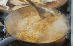Το μιλανέζικο ριζότο, κλασικό συνοδευτικό του «οσομπούκο», οφείλει το λαμπερό κίτρινο χρώμα του στο σαφράν και την πλούσια γεύση του στο βοδινό μεδούλι. Αντικαθιστούμε το μεδούλι με μπέικον, προσούτο ή πανσέτα, τα οποία έχουμε ψιλοκόψει.