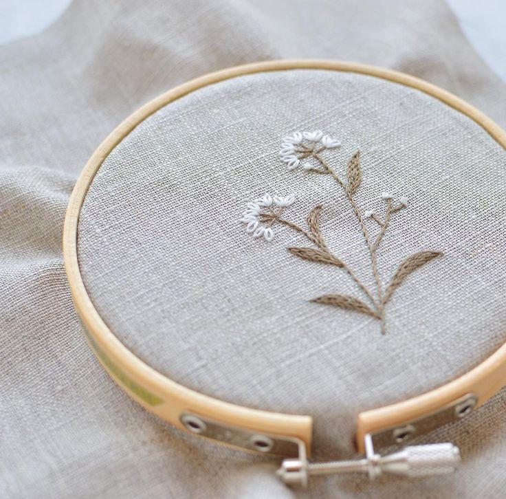 白いお花の刺繍はマイブームなんです。今日も張り切って!