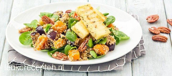 Heerlijke gezonde quinoa salade met geroosterde pompoen, aubergine, pecannoten en plakjes gegrilde kaas
