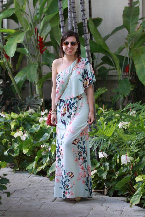 Look com vestido longo de um ombro só para curtir o verão em grande estilo! Combinei com brincos longos de franja e bolsa vermelha de couro