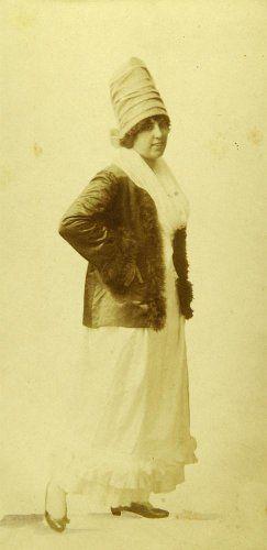 Γυναίκα με παραδοσιακή ενδυμασία της Κέας και κεφαλόδεσμο. Αθήνα, 1910-1935 Emile Lester