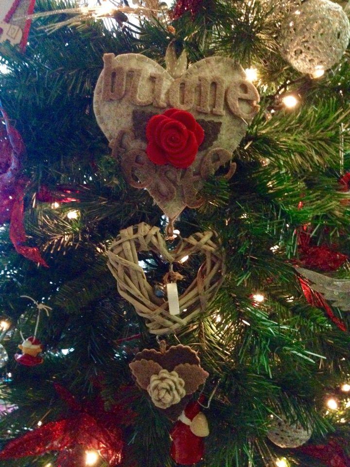 Fuoriporta natalizio in cuore di rattan bianco.