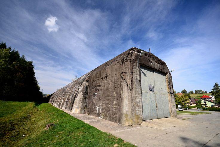 """Schron kolejowy w Stępinie - Cieszynie. W okresie II wojny światowej wchodził w skład kwatery głównej Hitlera """"Anlage Süd"""", dziś stanowi obiekt turystyczny udostępniony do zwiedzania #schron #tunel #historia #kolej"""