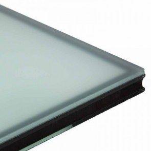 Standaard dubbelglas luchtgevuld met of zonder HR coating(*) en met 1 zijde matglas (=satijn). Glas tegen inkijk voor bijvoorbeeld uw badkamer of voordeur. U-waarde bij spouw 15 mm: 2,8 W/m²K