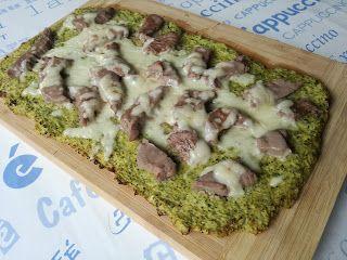 Pizza con base sin hidratos fitness 200 g de brócoli 1 huevo 130 g de ternera magra 40 g de queso bajo en grasa
