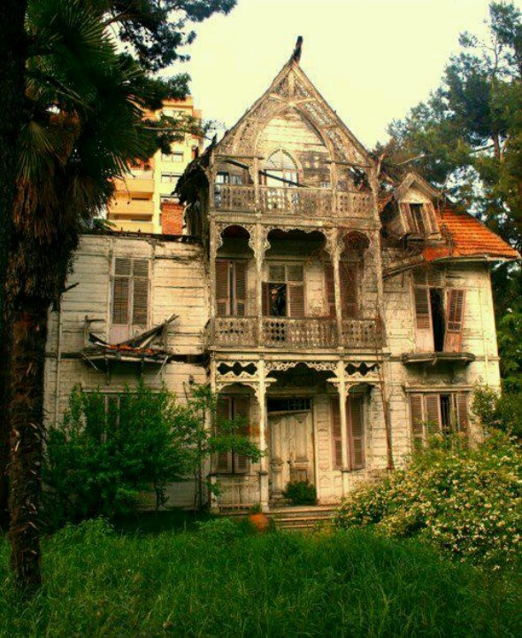 Spooky haunted houses pinterest for Pinterest haunted house