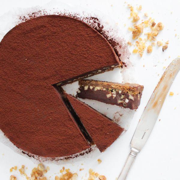 Chokoladetrøffelkage med karamelliserede hasselnødder | Opskrift
