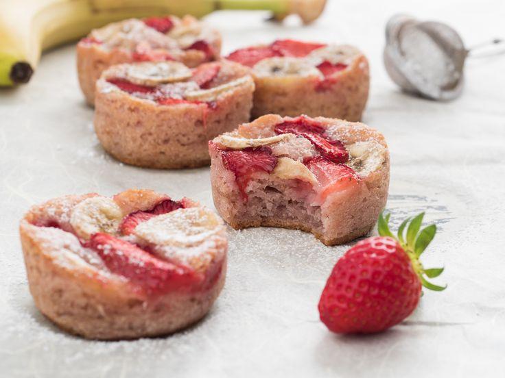 I muffin fragola e banana sono dei soffici dolcetti con tutto il sapore della frutta, senza burro, uova né altri grassi animali.