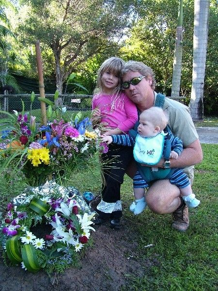 Steve Irwin Funeral | THIS IS STEVE IRWIN`S BACK YARD AT HIS HOME. IN THIS PICTURE IS STEVE ...