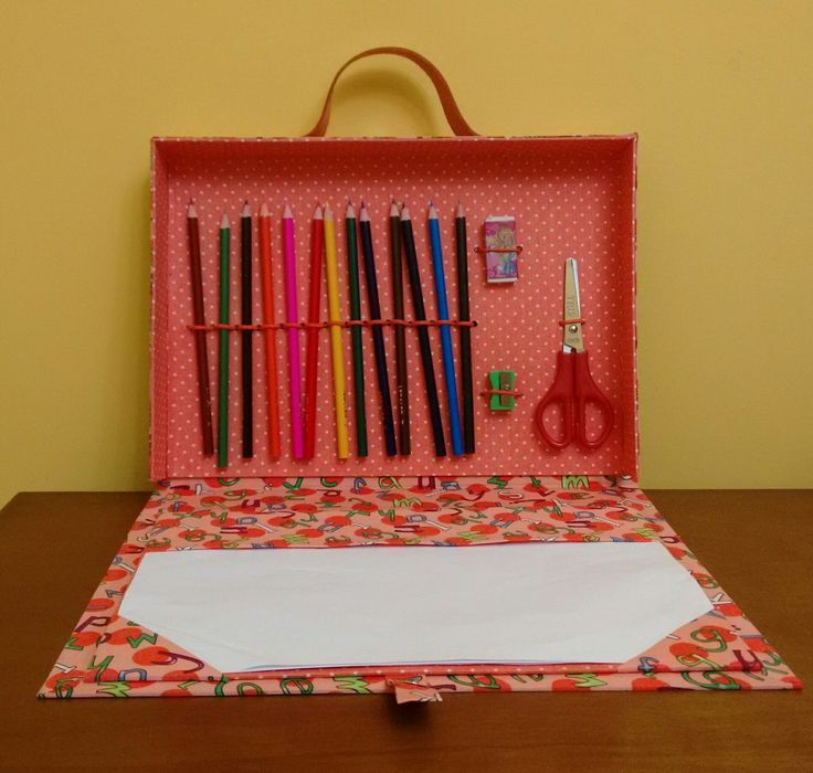 Dimensões (AxCxP) 23x33x4,5 <br>Com elástico interno para colocar os lápis de cor, régua ou tesoura, borracha e apontador; <br>Risque e rabisque para folha A4; <br> <br>Fechamento com alça de tecido e imã; <br>Alça em couro (várias cores); <br>As crianças vão adorar! :D <br> <br>Como opção, a criançada ainda poderá levar dentro da maleta livro ou caderno!!!! <br> <br>Produto feito com técnica de cartonagem, revestido com tecido nacional ou importado 100% algodão. <br> <br>*kit escolar…