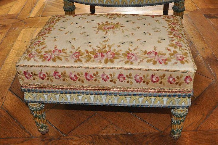 Chambre de la reine mobilier aux pis tabouret tissu for Chambre de la reine