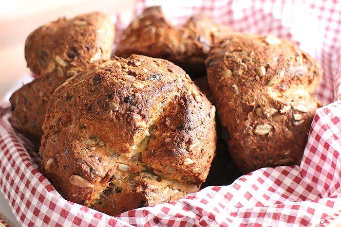Sehr feine Low Carb Brötchen (Semmeln) mit Goldleinsamenmehl und körnigem Frischkäse. Die knusprigen kohlenhydratarmen Brötchen passen zu Marmelade genau so gut wie zu herzhaften Aufstrichen. (Paleo Breakfast Bread)