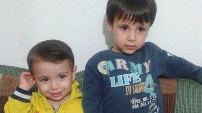 Alan Kurdi, en la izquierda, y su hermano Galib Kurdi De acuerdo con la Organización Internacional de las Migraciones (OIM), dependiente de Naciones Unidas, entre enero y agosto de 2015 -el periodo de 8 meses anterior a la muerte de Alan Kurdi- fallecieron intentando cruzar el Mediterráneo 2.656 personas, una cifra superior al mismo periodo de 2014, cuando se contabilizaron 2.223 migrantes muertos.  Entre enero y el 18 de agosto de 2016, esa cifra fue de 3.156 personas.