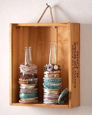 Idéal pour ranger vos bracelets! Vous aurez besoin d'une petite caisse de bois, 2 bouteilles de bière en vitre (style Corona) et quelques gouttes de colle!