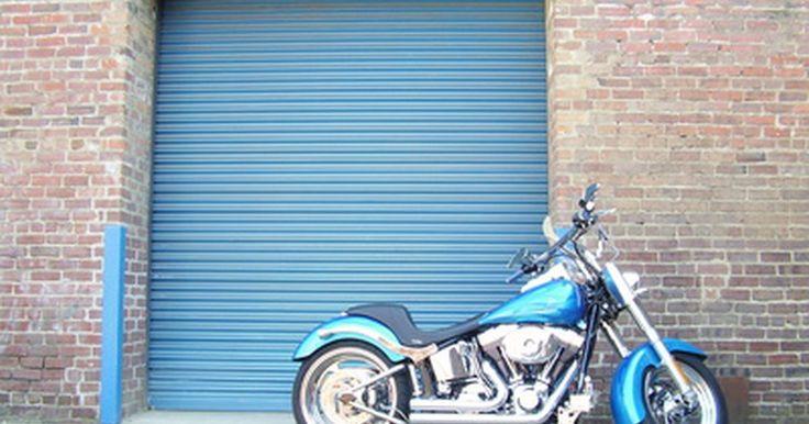 """Qual é o padrão de troca de marchas em uma motocicleta Suzuki?. Como todas as motos, a linha de produção da Suzuki possui uma transmissão sequencial controlada por uma alavanca de mudança de marchas do lado esquerdo da moto. Os pilotos só podem deslocar para cima ou para baixo, uma marcha de cada vez. A primeira engrenagem está localizada mais abaixo na transmissão, com um ponto morto """"entre"""" a primeira e a ..."""