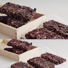 Super γρήγορες και εύκολες μπάρες πρωτεΐνης με σοκολάτα και βρώμη για να έχεις ένα υγιεινό πρωινό όλη την εβδομάδα. Ετοίμασέ τες από το Σαββατοκύριακο και έχε απόθεμα!