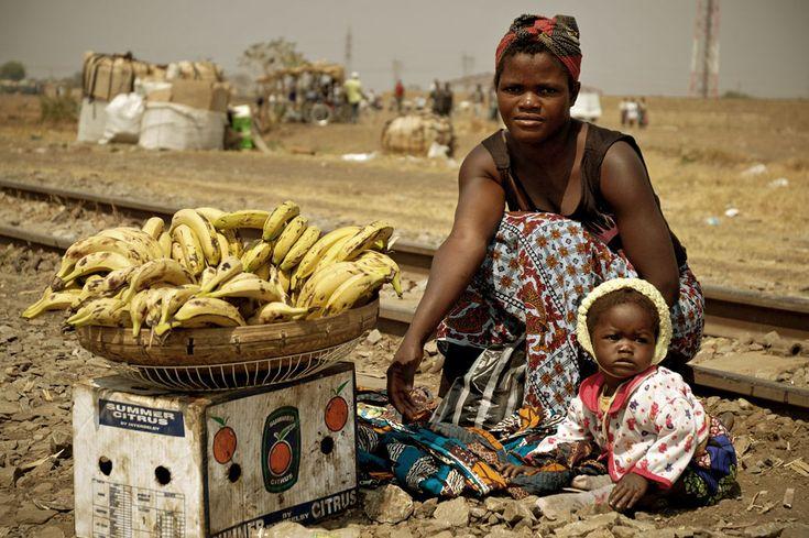Jeune maman qui vend des bananes avec Fatima, son bébé âgé de 8 mois, prés d'une voie ferrée à #Lusaka #Zambie #Zambia