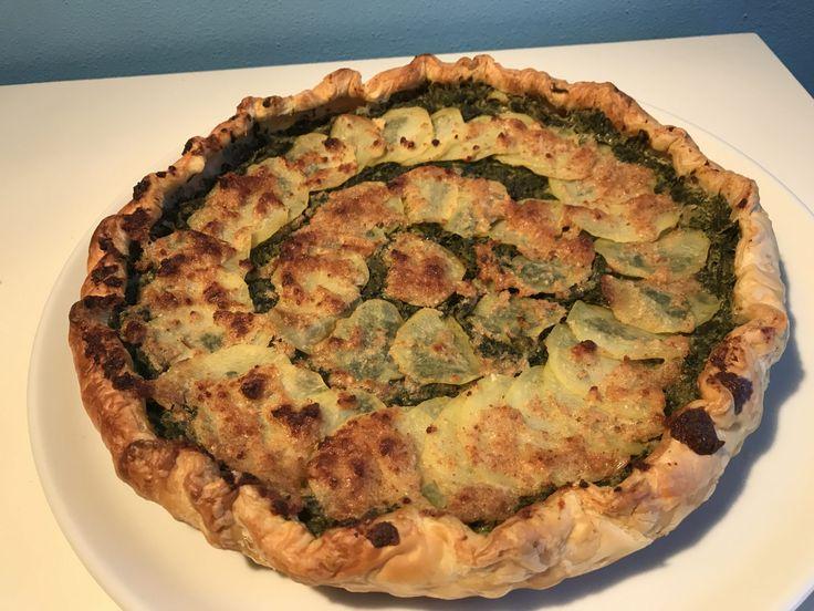 Torta salata bieta e patate  http://www.cucinaconbenedetta.com/?p=6657  La torta salata bieta e patate è nata come una svuotafrigo, come spesso accade per le torte salate, ma è diventata un piatto davvero molto amato. E' una torta salata delicata, senza sapori aggressivi, ma cremosa e soffice, davvero leggera e digeribile. Le patate in superficie formano uno strato...  #Ricette, #Tortesalateepiattiunici #Benedetta #Cucina