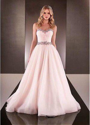 El vestido de novia color rosa que todas las novias están buscando. Con las nuevas tendencias en vestidos de novia han aparecido colores dulces y tiernos que las novias están usando para sus bodas. El color rosa pálido es un de los predilectos y Fiora luce el rosa de una manera perfecta.