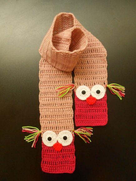 CACHECOL CORUJA: em crochê com lã 100% acrílica.  Sempre em dois tons (mais claro e mais escuro). A cor, você escolhe.  Apliques de crochê em motivo de coruja. Detalhe de botões aplicados no centro dos olhos.  Comprimento: 120 cm. R$ 55,00.
