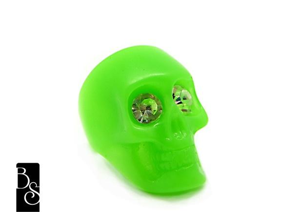 Anel em resina na cor verde neon, com strass nos olhos. tamanho ÚNICO 17 caveira mede 3 cm de altura do cranio ao queixo dela. Bijuteria R$35,00