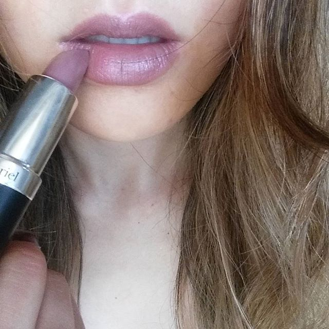 The highest levels of lead in lipstick are made by Covergirl, L'Oréal, Burt's Bees, Body Shop, Maybelline & Revlon (Google it👍). Exposure to lead is linked to neurotoxicity, reduced fertility, hormonal changes & more. But there's also toxic heavy metals like chromium, aluminum & manganese in lipsticks that all pose health threats. None of these will show up in the ingredient labels of products so beware. Some of my fave Nontoxic lipsticks are @100percentpure @vapourbeauty @iliabeauty…
