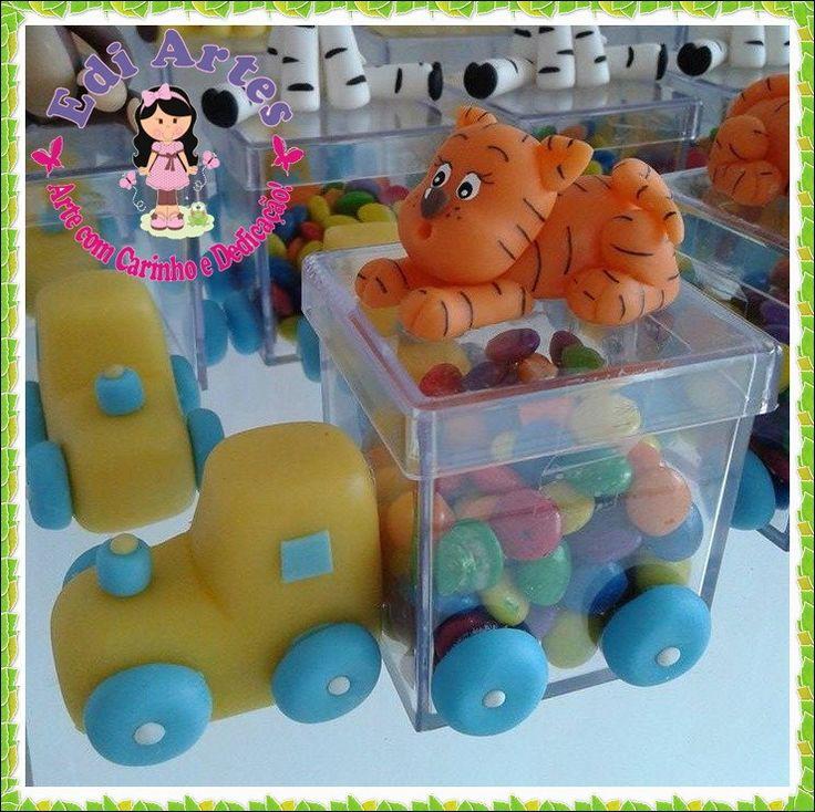 Lembrancinha trenzinho na caixa de acrílico 5x5 cm, com animais do safari, os animais e as cores podem ser modificados.
