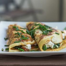 Hearty pancakes with crispy bacon and a delicious spinach and cheese filling. (in German)