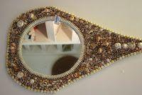 """Espelho, Espelho Meu - 2008 A criatividade no aproveitamento de conchas do mar selecionadas pela forma e cor na confecção de espelhos artesanais resultou numa enorme variedade das peças que são quase um """" quebra-cabeça """" que levam a um resultado puramente artístico. Cuidadosamente feitos à mão, os espelhos de molduras de conchas são exclusividade da Dom Daqui, elaborados por artesãos de regiões praieiras da Bahia. Em vários formatos, os espelhos decorados podem ser também feitos sob…"""