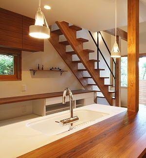 チーク材に北欧家具が調和する 旗竿地に建つ開放感あふれる家